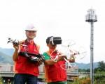 SK텔레콤 직원들이 강원도 원주지역 현장에서 드론을 이용하여 이동통신 기지국 신설을 위한 측정 작업을 진행하고 있다