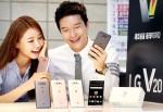 LG전자 모델이 국내 이동통신 3사를 통해 29일 출시된 전략 스마트폰 'LG V20'를 선보이고 있다