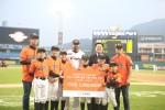 한화생명과 한화이글스가 유소년 야구 선수들의 꿈을 응원하기 위해, 대전 서구 유소년 야구단에 총 500만원 상당의 야구용품을 지원했다