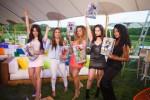 피프스 하모니 멤버들이 DC 수퍼 히어로 걸스 '댓츠 마이 걸' 뮤직비디오에서 액션 주인공들 포즈를 취하며 뮤직 비디오 출시를 축하하고 있다