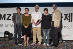 The Remnants(directed by Kim Il-rhan and Lee Hyuk-sang) won the Korean Documentary Award. From left Cho Jae-hyun, Lee Hyun-jung, Lee Hyuk-sang, Kim Il-rhan, Markus Nornes