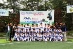KMI 한국의학연구소 임직원들과 (사)한국프로야구 은퇴선수협회 관계자, 어린이 야구교실 아이들이 파이팅을 외치고 있다