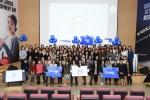 여성 경력 개발의 날에 참석한 볼보그룹코리아 소속 여성 임직원들이 단체사진을 촬영하고 있다