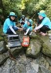 유한킴벌리 2016에서 계곡 물의 유속과 깊이를 측정하고 있는 여고생들