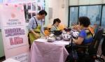 맛있는 나눔 프로그램에 참여한 분들이 요리를 하고 있다
