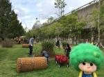 인텍스 가든 조성을 위해 나무를 심고 있는 유한킴벌리 사원 가족