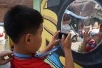 사진창의예술교육에 참가하는 발달장애 아동이 자신의 모습을 촬영하고 있다