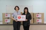 한국청소년연맹 황경주 사무총장(좌)과 금천청소년쉼터 이미자 소장이 11일 금천청소년쉼터에서 의류후원 전달식을 가졌다