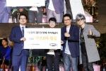 지난해 가수 이승환(우측)이 한국백혈병어린이재단 서선원 사무처장(좌측)에게 후원금을 전달하고 있다