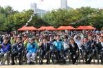 체육대회에 참여한 모든 이들이 하트 포즈를 하고 있다