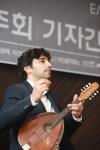 제27회 이건음악회 초청 연주자 아비 아비탈이 17일 서울 소공동 더 플라자에서 열린 기자간담회에서 연주를 하고 있다