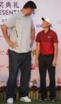 2016 미션힐스 월드 셀러브리티 프로암에서 우승한 중국의 리 하오통 선수가 NBA 스타 야오밍과 나란히 서 있다