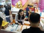 중국심천국제선물용품박람회에 참가한 유학생 노재도학생이 바이어에게 지역 중소기업 제품을 알리고 있다