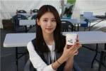 나눔걷기 같이가요 행사에서 플라워아트 봉사 체험부스에 참여한 배우 오인혜씨가 희망이음 부스에서 점심을 먹고 있다