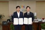 염태영 수원 시장(왼쪽)과 트리플래닛 김형수 대표(오른쪽)가 업무 협약식을 가지고 있다