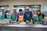 연성대 외식산업 최고경영 총동문회 회원들이 배식 봉사를 하고 있다