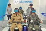 군인들이 자율주행 시뮬레이터를 체험하고 있다