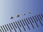 교세라 주식회사가 0.5mm 증대된 크기의 0201(사진 좌측) 및 01005 (사진 우측) MLCC 신제품을 개발했다