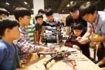 LG연암문화재단이 주최한 영 메이커 페스티벌에서 참가학생들이 드론 제작 체험을 하고 있다
