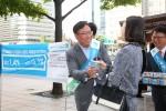 10일 오전 SC제일은행 임직원들이 서울 광화문광장 일대에서 시민들에게 모닝커피를 나눠주며 마이플러스통장 특별금리 이벤트 홍보를 위한 가두캠페인을 벌이고 있다