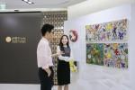 신한PWM도곡센터에 마련된 작가미술장터에서 고객들이 여유롭게 작품강상을 하는 모습이다