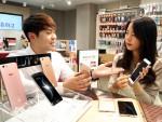 서울시 중구 을지로 SK텔레콤 매장에서 모델이 50만원대 실속형 프리미엄 스마트폰 루나S를 소개하고 있다