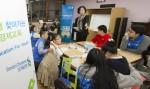 한빛맹학교 초등학생들이 SC제일은행에서 착한도서관프로젝트 시즌5를 활용해 자체 제작한 시각장애 청소년용 교구재를 활용해 금융교육 수업을 듣고 있다