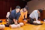 경기 용인의 녹십자 본사 사옥에서 열린 재난대비 안전교육에서 임직원들이 훈련에 임하고 있다