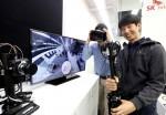 16일 SK텔레콤 분당 종합기술원에서 연구진들이 '고화질 VR 생중계 기술'을 적용해 360도 VR 실시간 스트리밍을 시연하고 있다.
