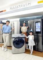 삼성전자 모델들이 18일 삼성 디지털프라자 강서본점에서 코리아 세일 페스타를 맞아 소비자들로부터 큰 인기를 끌고 있는 프리미엄 냉장고와 세탁기를 소개하고 있다