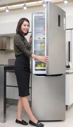 서울 마포구 신촌로에 있는 LG 베스트샵 동교점 매장에서 모델이 LG전자의 상냉장∙하냉동 2도어 냉장고 신제품을 소개하고 있다