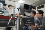 KT는 수원에 위치한 삼성 연구실에서 삼성전자와 함께 세계최초로 5G 규격 기반 데이터 통신에 성공했다