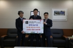 대구 MBC 사업부 이성훈 국장(왼쪽부터), 교촌에프앤비 이명해 브랜드기획운영부문장, 대구모금회 박용훈 사무처장이 기념촬영을 하고 있다