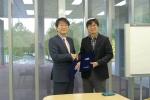 엠제이피부과 김경훈 원장(좌측)과 KAIST 클리닉 정범석 원장(우측)이 협약을 체결하고 있다