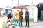 희망이음 대외협력팀 이봉재 과장이 문산종합사회복지관 김요섭 팀장에게 벽화 7호 현판을 전달하고 있다