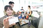 KT는 KG모빌리언스, 신한카드와 함께 휴대폰 소액결제 한도 내에서 기존의 온라인 결제뿐 아니라 오프라인결제까지 이용할 수 있는 플라스틱 형태의 폰빌카드를 출시했다