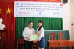 열매나눔인터내셔널 베트남 사무소 직원이 롱프억 인민위원회에 대출 증서를 전달하고 있다