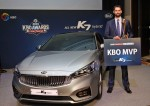 기아자동차는 14일(월) 더케이호텔서울에서 열린 2016 KBO리그 시상식에서 MVP로 선정된 더스틴 니퍼트 선수(두산 베어스)에게 올 뉴 K7 하이브리드를 증정했다