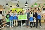 장세욱 동국제강 부회장(사진 앞 열 오른쪽에서 네 번째)이 동국제강 나눔지기 자원봉사자와 함께 아름다운가게 서울 안국점에서 기증품과 성금을 아름다운가게 홍명희 이사장(오른쪽 다섯 번째)에게 전달하고 있다
