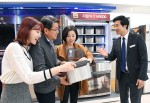 삼성전자 모델들이 23일 논현동 삼성 디지털프라자 강남본점에서 메탈그라운드로 고객들의 마음을 사로잡고 있는 삼성 프리미엄 김치냉장고 지펠아삭을 소개하고 있다