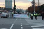 도로교통공단 서울지부가 25일 잠실역 사거리에서 출근길 보행자를 대상으로 교통사고 줄이기 캠페인을 전개하였다