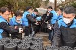 한국교직원공제회 임직원들이 7일 서울 도봉구 도봉동 일대에서 사랑의 연탄나눔 봉사활동을 펼쳤다