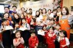 한국애브비는 10일 강남 한솔요리학원에서 패밀리 쿠킹클래스를 열고 임직원과 직원 가족 및 연인, 친구들을 초청해 크리스마스 케이크와 초코쿠키를 만들었다