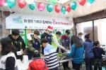 15일 일산 홀트복지타운에서 진행된 2016 행복한 크리스마스 행사에서 웃찾사 멤버 안시우, 이융성, 이수한씨와 희망이음 이용석 대표, 가수 정희주씨가 식사봉사 배식을 하고 있다