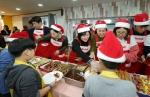 테팔 팽경인 사장(중앙)이 임직원들과 보육시설 아이들과 함께 음식을 나누고 있다