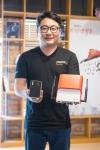 자체 개발한 IoT 디바이스 위콘을 들고 있는 울랄라랩 강학주 대표