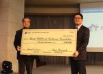 램리서치코리아 서인학 대표이사(좌측)가 한국백혈병어린이재단 서선원 사무처장(우측)에게 기금을 전달하고 있다.
