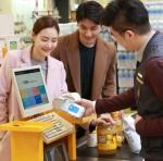 삼성전자가 1일부터 신세계 그룹의 모든 매장에서 삼성 페이 결제 서비스를 이용할 수 있다고 밝혔다