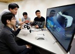 SK텔레콤은 벤처기업 3개사와 함께 5G 증강현실(AR)∙가상현실(VR) 등을 활용한 5G 서비스 개발에 착수했다고 4일 밝혔다. SK텔레콤 연구원과 벤처기업 룩시드랩스 연구원이 VR콘텐츠 기반 감정 분석 관련 공동 연구를 진행하고 있다