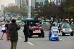 최양희 미래창조과학부 장관이 KAIST 휴보로봇이 운전하는 차량에 시승하고 있다
